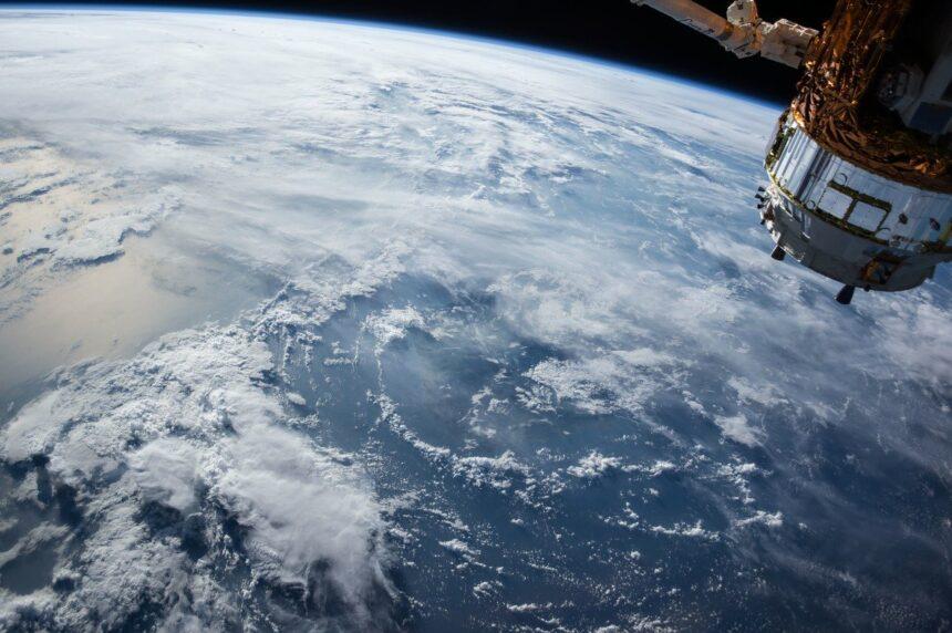 """SpaceX porta in orbita 60 satelliti con il """"parasole"""" per un internet globale"""